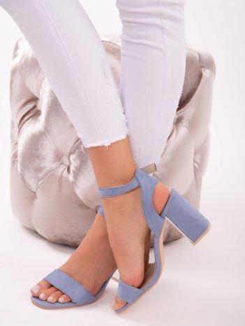 Niebieskie sandały z zapięciem w kostkach, z lustrzaną wstawką na obcasach
