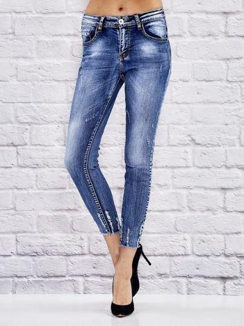 Niebieskie spodnie boyfriend jeans z postrzępionymi nogawkami
