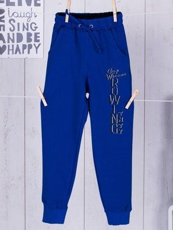 Niebieskie spodnie dresowe dla chłopca z napisem
