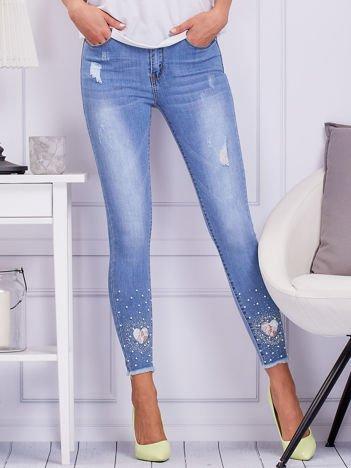 Niebieskie spodnie jeansowe z perełkami i dżetami
