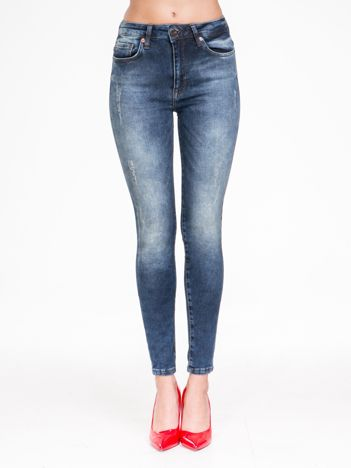 Niebieskie spodnie jeansowe z przetarciami