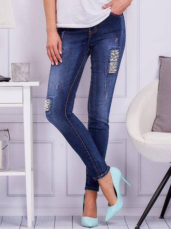 Niebieskie spodnie jeansowe z wstawkami z perełek