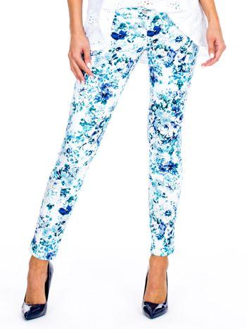 Niebieskie spodnie slim fit w kwiaty