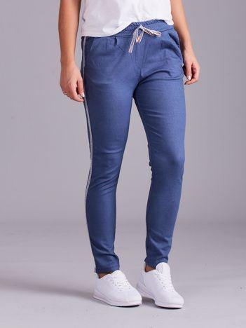 Niebieskie spodnie z troczkami i lampasami