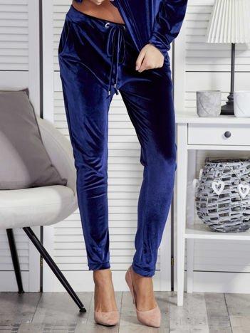 Niebieskie welurowe spodnie dresowe o prostym kroju