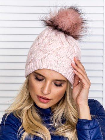Ocieplana czapka z pomponem i plecionym wzorem jasnoróżowa