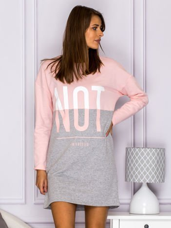 Ocieplana dresowa sukienka z napisem NOT INTERESTED różowa