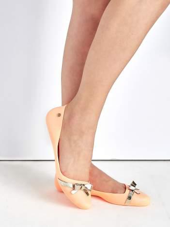 Pastelowopomarańczowe gumowe baleriny Wonder z metaliczną kokardką