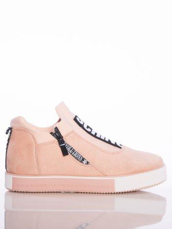 Pasteloworóżowe buty sportowe Rue Paris na podwyższonej podeszwie z elastyczną cholewką i napisami