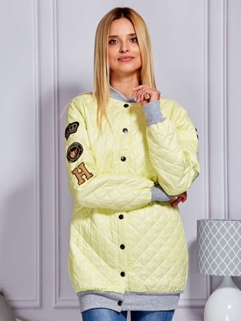 Pikowana kurtka bomberka z naszywkami żółta