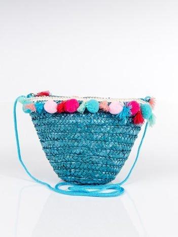 Pleciony koszyk z ozdobami boho na ramię niebieski