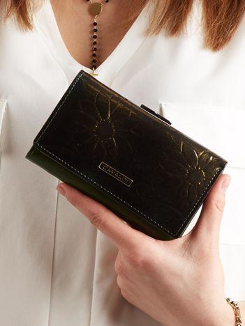 Podłużny portfel w kwiaty czarno-zielony