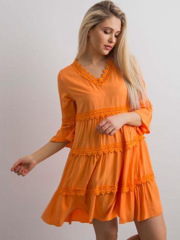 Pomarańczowa sukienka damska z koronkowymi wstawkami