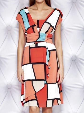 Pomarańczowa sukienka koktajlowa z marszczeniami i graficznym wzorem