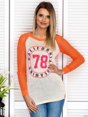 Pomarańczowy ażurowy sweter z błyszczącą nitką