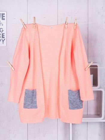 Pomarańczowy sweter dla dziewczynki z szarymi kieszeniami