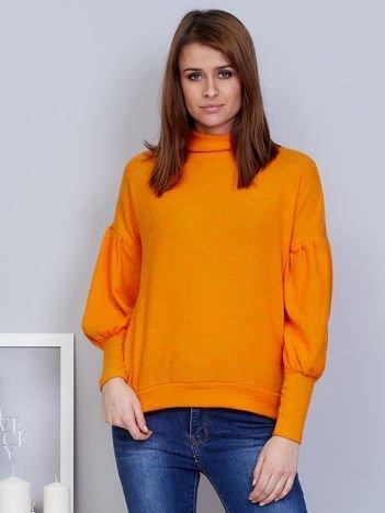 Pomarańczowy sweter z szerokimi rękawami