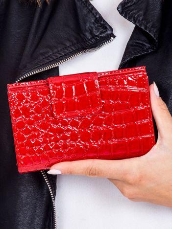 Portfel damski czerwony z motywem crocodile skin z klapką