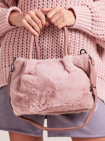 Pudroworóżowa torebka ze sztucznego futerka