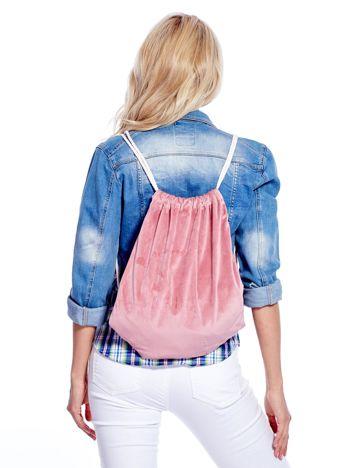 Pudroworóżowy plecak worek welurowy ze sznurkami