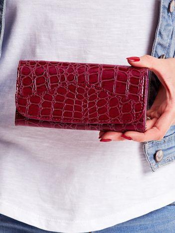 Purpurowy portfel damski z tłoczonym zwierzęcym motywem