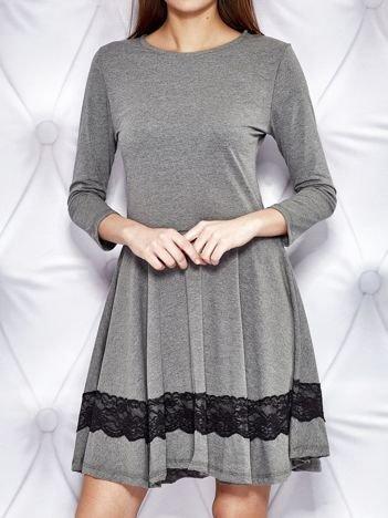 Rozkloszowana sukienka dresowa z koronkową wstawką ciemnoszara