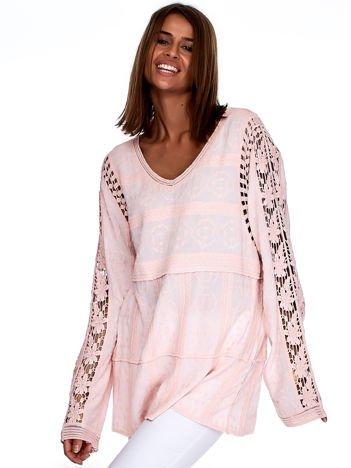 Różowa bluzka z koronkowymi wstawkami na rękawach