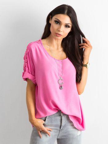 Różowa bluzka z podwijanymi rękawami