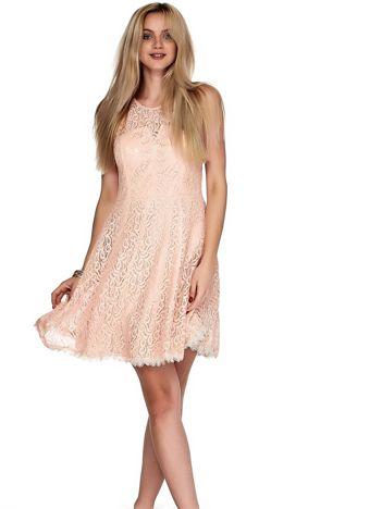 Różowa koronkowa sukienka z trójkątnym wycięciem na plecach