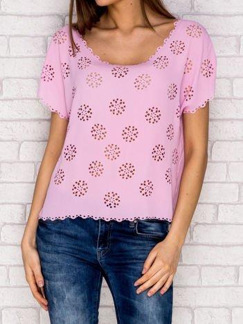 Różowa koszula z ażurowymi wycięciami
