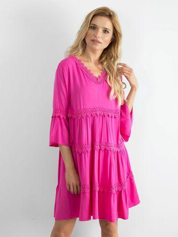 Różowa sukienka damska z koronkowymi wstawkami
