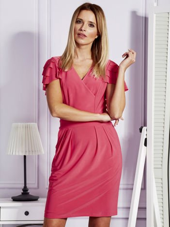 Różowa sukienka koktajlowa z falbankami na rękawach