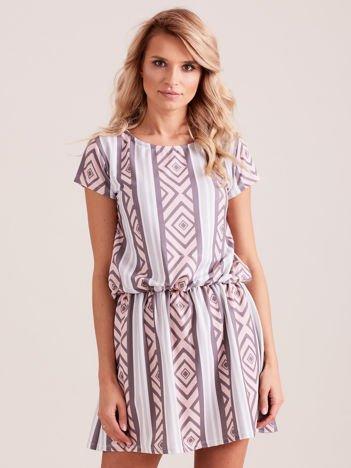 Różowa sukienka w geometryczne desenie