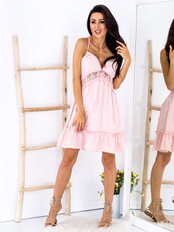 Różowa sukienka wiązana na szyi