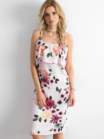 Różowa sukienka z falbaną przy dekolcie