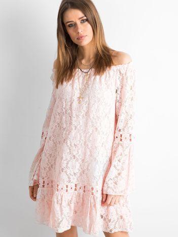 Różowa sukienka z hiszpańskim dekoltem