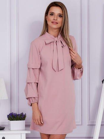Różowa sukienka z marszczonymi rękawami