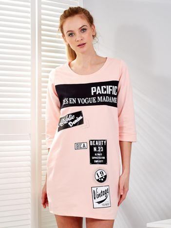 Różowa sukienka z nadrukiem naszywek