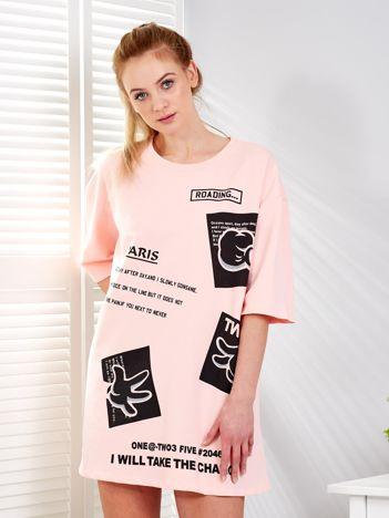 Różowa sukienka z nadrukiem naszywek o kroju oversize