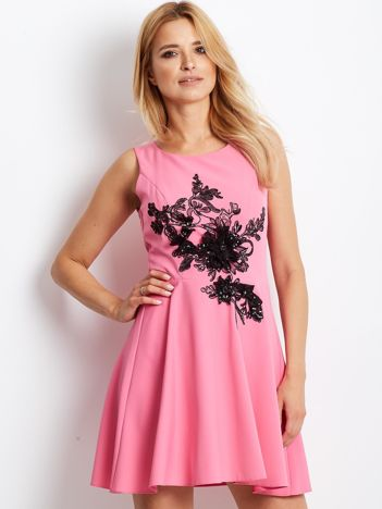 Różowa sukienka z roślinną aplikacją