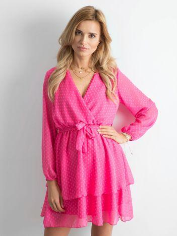 Różowa sukienka z warstwową falbaną