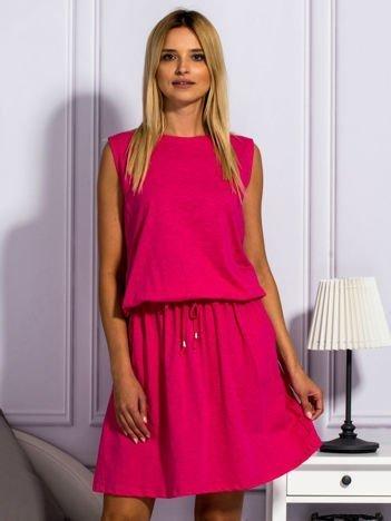 Różowa sukienka z wiązaniem w pasie