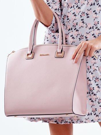 Różowa torba elegancka ze złotymi okuciami