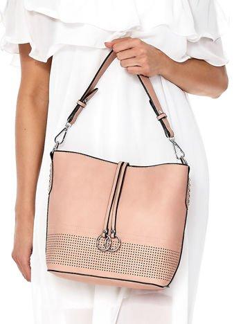 Różowa torba z ażurową wstawką