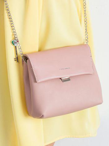 Różowa torebka z zawieszką