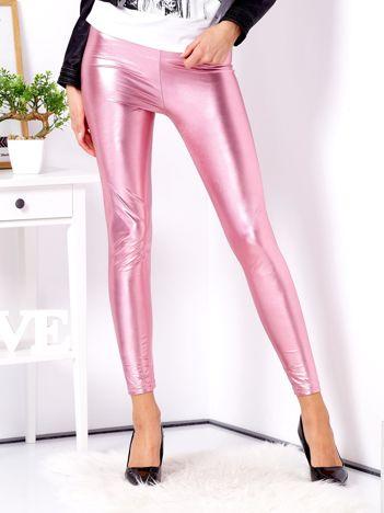 Różowe błyszczące legginsy