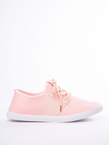 Różowe buty sportowe z fakturą i gumową wstawką na sznurowaniu