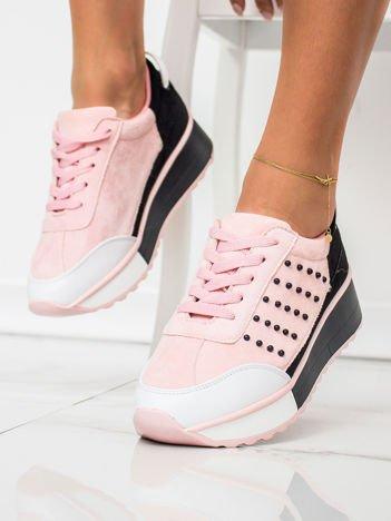 Różowe buty sportowe z koralikami na boku cholewki i czerwonymi elementami