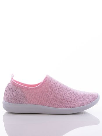 Różowe dzianinowe buty sportowe z błyszczącą nitką na bialej podeszwie