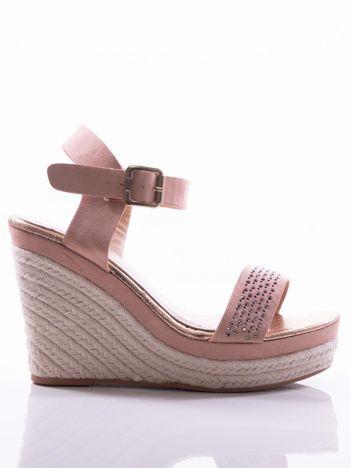Różowe sandały na koturnach z błyszczącymi kamieniami na paskach